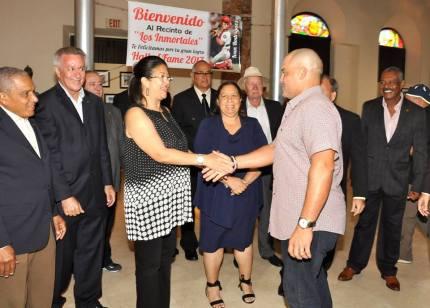 Mily Navedo, VP Salon de la Fama lo recibe