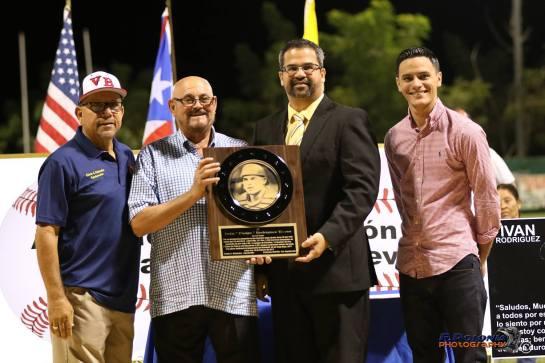 Padre de Ivan Rodriguez recibe el homenaje