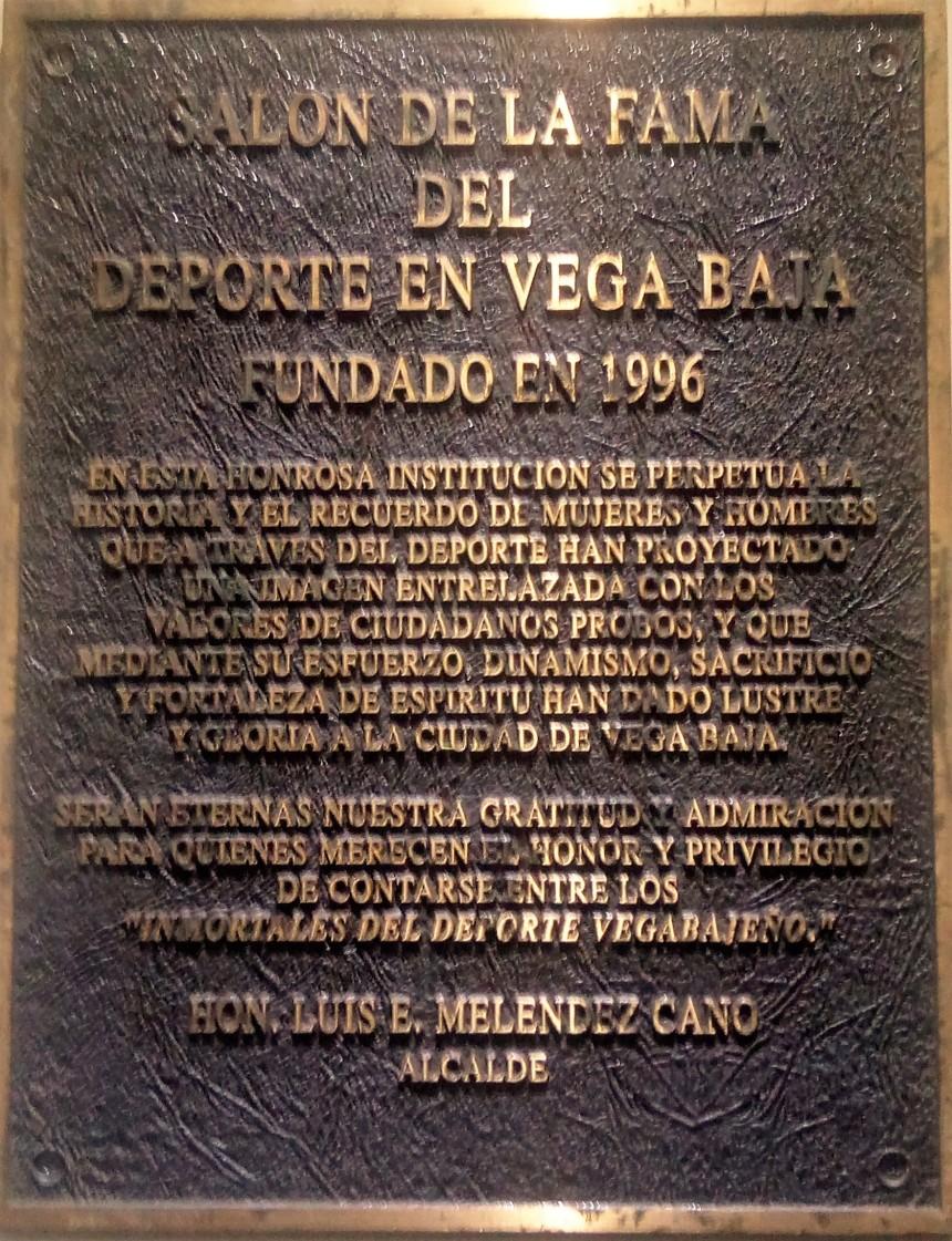 TARJA DEL SALON DE LA FAMA DEL DEPORTE VEGA BAJA MELAO.jpg