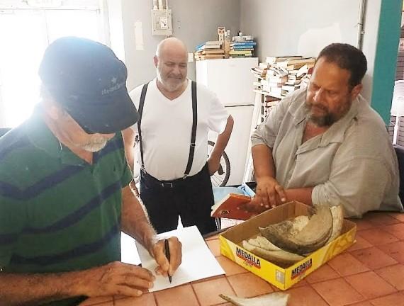 EHV OTILIO DIOSDADO CARLO EXAMINANDO HALLAZGOS DE ARTESANIA7