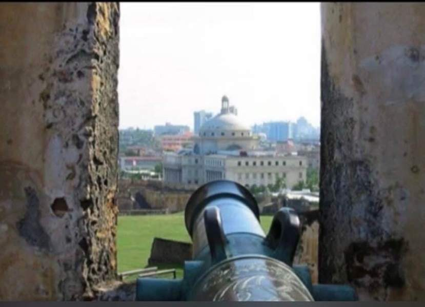 Foto de Fermin L. Arraiza Navas con cañón apuntando hacia el Capitolio