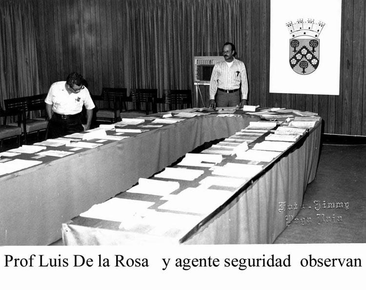 072-0 Profesor Luis de la Rosa y Agente Observan Exposición