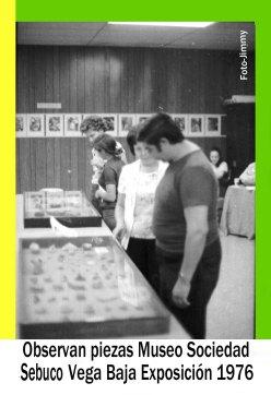 0076 Arq Exposición Museo Sibuco. Observan Vitrinas